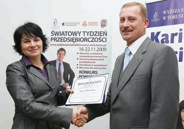 Krzysztof Kościelski odebrał nagrodę z rąk Agnieszki Kasprzyk, dyrektor Instytutu Praktyki Gospodarczej WSB