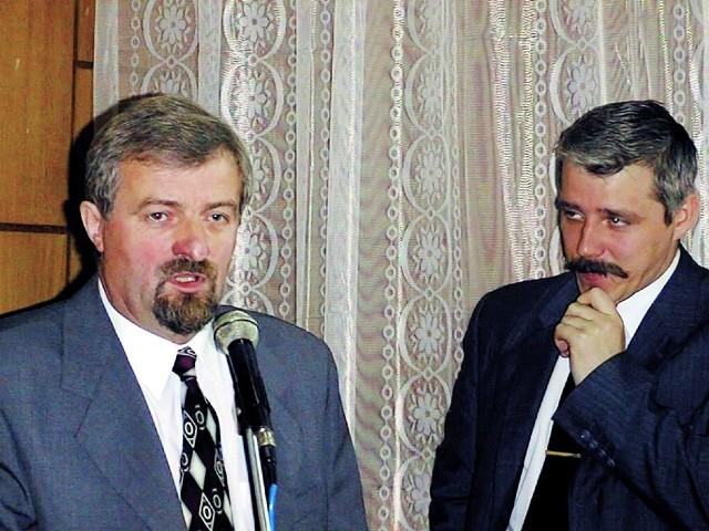 Rok 2000. Dariusz Ciszewski (z prawej) - wicemarszałek woj. podlaskiego przygląda się ówczesnemu prezydentowi Suwałk Grzegorzowi Wołągiewiczowi