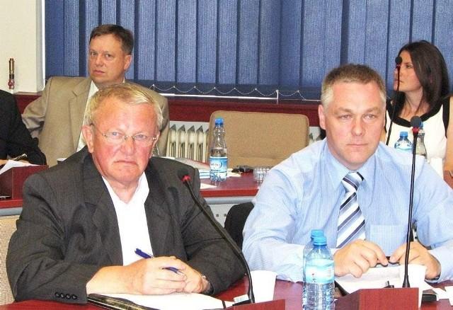 Radni Kazimierz Drogowski i Grzegorz GrochowskiRadny Kazimierz Drogowski (z lewej) uważa, że należy przyjrzeć się dokładnie sprawie sprzedaży lokali komunalnych. Obok Grzegorz Grochowski