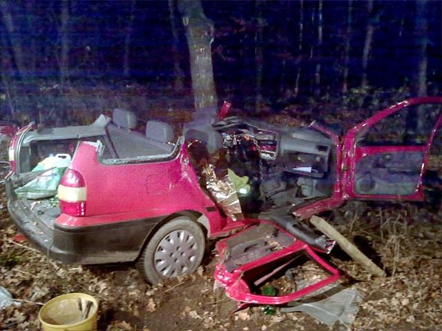 Strażacy musieli rozciąć samochód żeby wydobyć rannych.