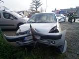 Nowy Sącz wypadek. Mężczyzna zasłabł za kierownicą. Jego auto uderzyło w metalowy słup