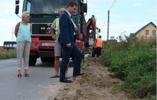 Postępom prac budowlanych bacznie przygląda się zastępca wójta gminy Sitkówka - Nowiny, Łukasz Barwinek.