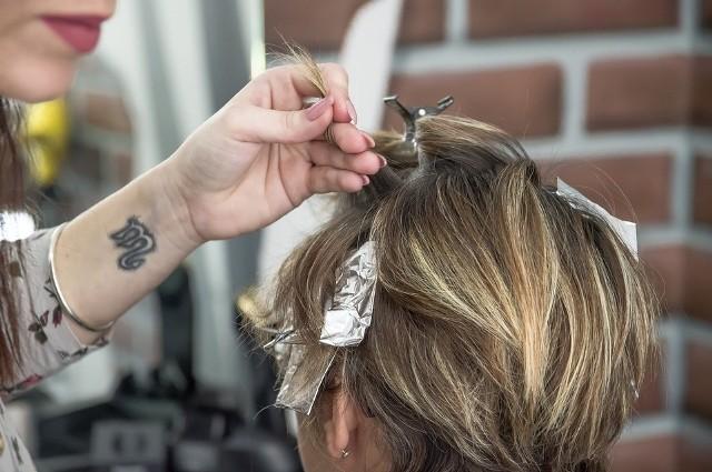 Pokochały ją Natalie Portman, Emma Watson czy Kate Perry. Buzz cut to odważne cięcie dedykowane osobom, które nie boją się radykalnych zmian! Zobacz w naszej galerii, jak wygląda popularna fryzura.