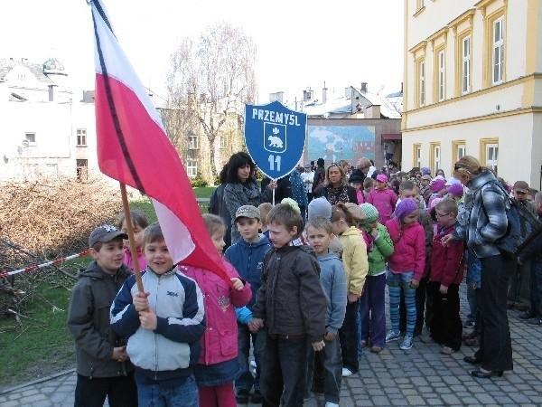 Kilkuset uczniów i nauczycieli SP 11 w Przemyślu w milczącym marszu przeszło wczoraj do kościoła Ojca Karmelitów, w którym odbyła się msza w intencji ofiar katastrofy pod Smoleńskiem.