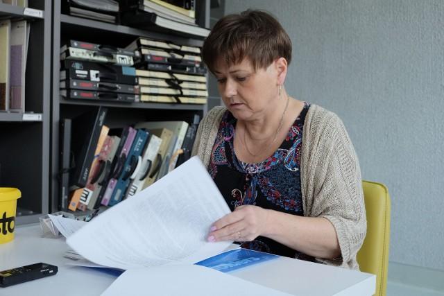 Katarzyna Popławska pokazuje dokumenty z PUP