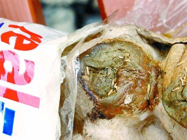 Jajka kupione w Realu miały larwy much.