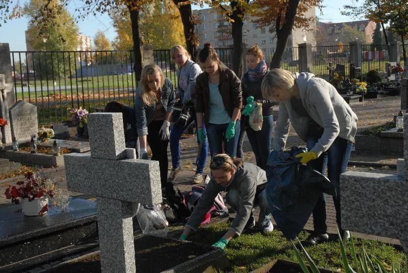 Wśród grobów, którymi zajęli się studenci na cmentarzu przy...