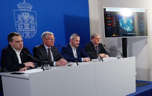 Władze miasta podczas piątkowej konferencji prasowej.