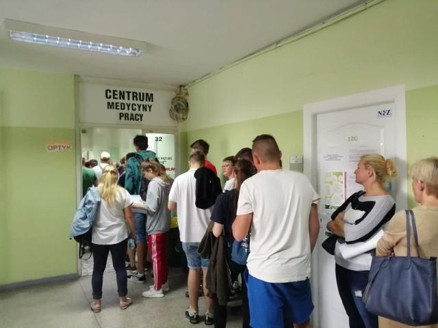Kolejki do punktów medycyny pracy w Poznaniu wypełnili kandydaci do szkół średnich. Szkoły, które poradzą naukę zawodową czekają na zaświadczenia lekarskie od zakwalifikowanych kandydatów do 24 lipca, z wyjątkami.