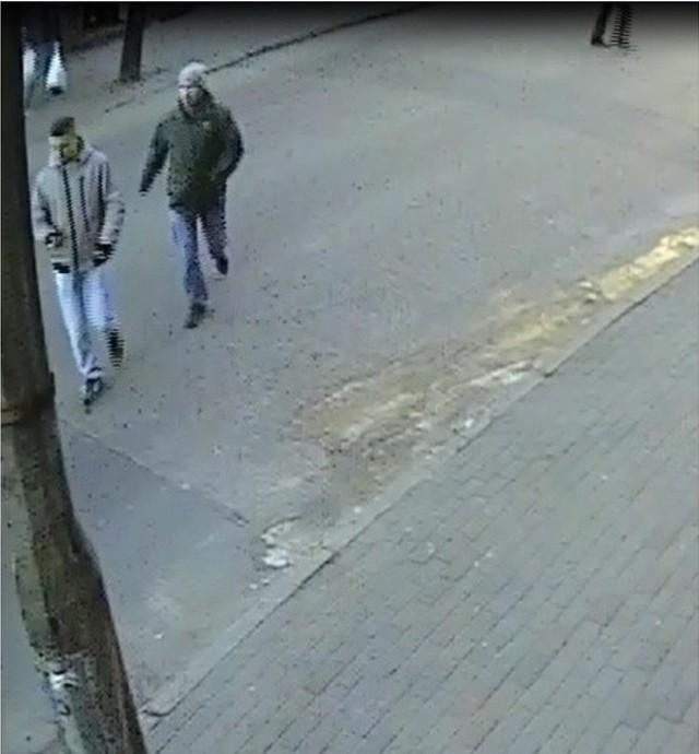 Policja szuka mężczyzn widocznych na zdjęciu. Świadkowie proszeni są o kontakt tel. (56) 491-42-72