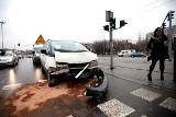 Wypadek na Włókniarzy . Kierowca z urazem kręgosłupa trafił do szpitala (wideo)