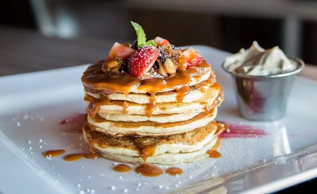 Jeśli lubimy potrawy w słodkim wydaniu, to warto spróbować amerykańskich placuszków pancakes. Zobaczcie przepisy!