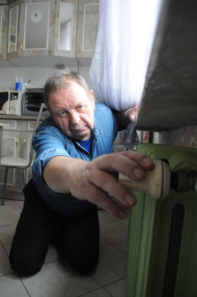 ogrzewanieHenryk Satko pokazuje, jak niewiele żeberek ma kaloryfer w jego kuchni.
