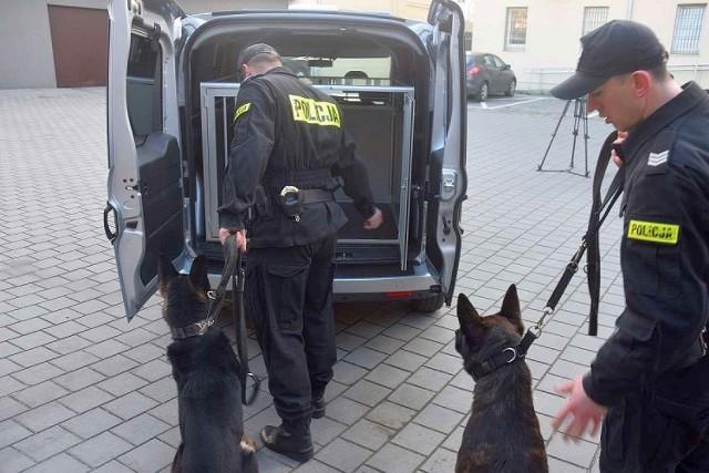 Policyjne samochody do przewożenia psów. Zobacz zdjęcia z podpisania umowy >>>