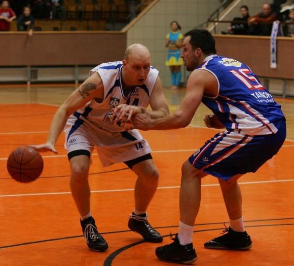 Tomasz Mrożek (z piłką) w tym sezonie nadal grać będzie razem z AZS Szczecin w II lidze.