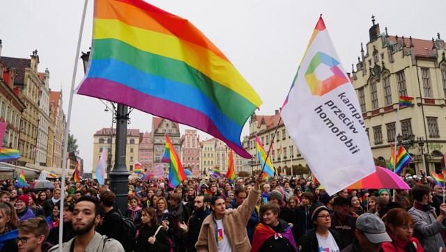 Demonstracja wsparcia dla środowisk LGBT – pod pręgierzem -  ma potrwać do 19-tej. W tym samym czasie pikietę zapowiedzieli przedstawiciele środowisk pro-life
