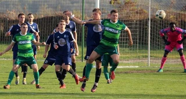 Lider, Drogowiec Jedlińsk (w granatowych strojach) przegrał z Mazowszem Grójec 0:1.
