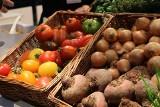Pomidorki z Maroka, sałata z Hiszpanii. I niby że polskie. Które markety błędnie podały pochodzenie warzyw i owoców?
