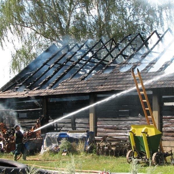 Straty oszacowano na 60 tys. zł. We wtorkowym pożarze stodoły w Sobótce spłonęły dwa cielaki, maciora z dziewięcioma prosiakami i wieprz. Spaliły się też płody rolne i sprzęt.