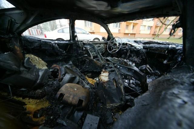 Spalony mercedes w ŚwinoujściuDziś w nocy w Świnoujściu spalil sie mercedes. Policja sprawdza, czy bylo to podpalenie.