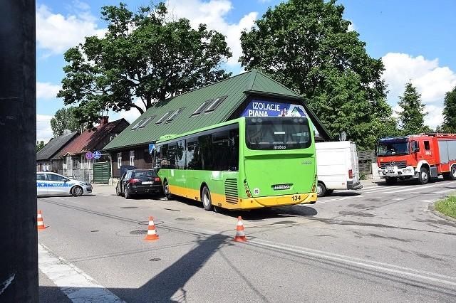 Karambol w Suwałkach. Autobus uderzył w dom, hydrant i VW po zderzeniu z audi