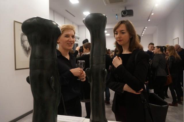 """Ustawione w eksponowanym miejscu rzeźby z brązu znane jako """"Dwaj kucharze"""" przyciągały uwagę widzów, podobnie jak """"Turbot II"""", czy """"Aua stojąca""""."""