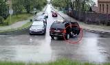 Dziecko wypadło z jadącego auta w Tarnowskich Górach. Cudem nie wpadło pod koła. Było o włos od tragedii. Wszystko nagrała kamera