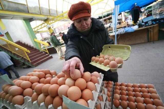 To już ostatnia chwila, żeby kupić jaja i inne produkty na świętaPani Janina Majewska sprzedaje jaja przy słupskim Manhattanie.