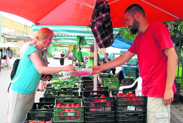 Po latach zachłyśnięcia się artykułami z Zachodu, doceniamy to, co naszeMaciej Raciniewski, handlujący na bielskim targowisku, ma nadzieję, że choć czasem jest tu więcej sprzedających niż kupujących, to jednak i u nas przeważy widoczny już trend do poszukiwania na bazarkach świeżej żywności