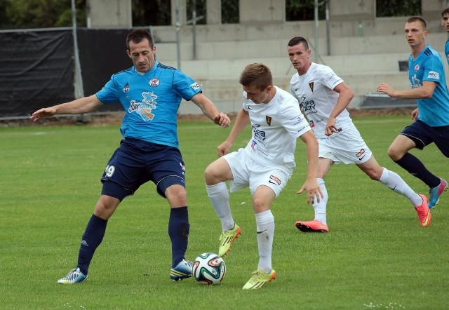 Błękitni często sparują z Portowcami. Latem pokonali ich 2:0. Na zdjęciu pojedynek Tomasza Pustelnika z Dominikiem Kunem.