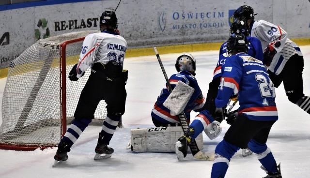 Kwalifikacja do hokejowej olimpiady młodzieży w Oświęcimiu; UKH Unia Oświęcim - Niedźwiadki Sanok 6:2. Na zdjęciu: Igor Nikolevicz (nr 90) strzela swoją drugą, a czwartą bramkę dla Unii, zamykającą pierwszą tercję.