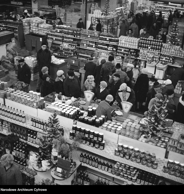 Boże Narodzenie. Bombki, szopki, choinki i zakupy - przedświąteczna gorączka sprzed lat