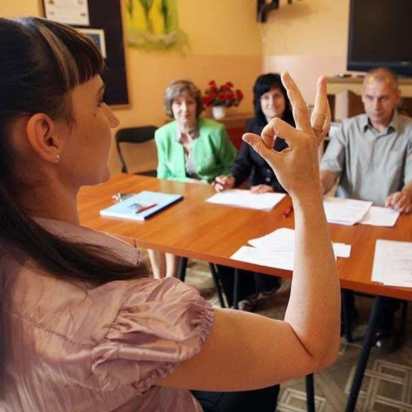 - Najtrudniej jest zrozumieć głuchoniemych, bo migają szybko, niedbale, często używają przestarzałego języka - opowiada Agata Żelasko z biura ZUS w Mielcu, która wczoraj zdawała egzamin. Zostanie też wolontariuszką w mieleckim związku głuchych.