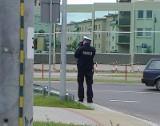Piastowska. Policja ukryta za ekranem wypisuje mandaty za prędkość (zdjęcia)