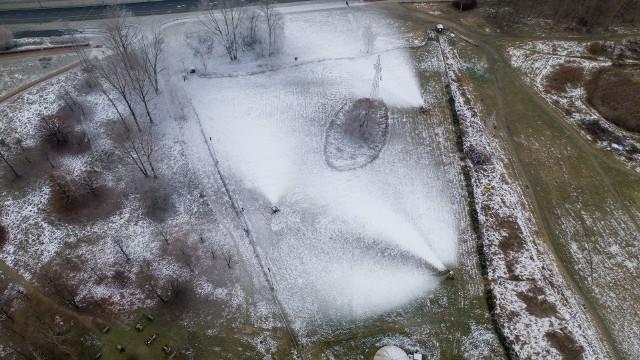 Naśnieżanie Górki Środulskiej w Sosnowcu, tak stok wygląda w tej chwili z lotu ptaka.