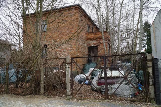 Na posesji znajdują się nie tylko wraki samochodów, ale również styropian, beczki, gruz i wiele innych odpadów.
