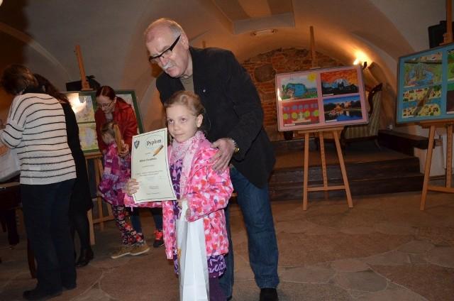 Rozstrzygnięcie konkursu plastycznego w ChojnicachA to zwyciężczyni odbiera nagrodę.