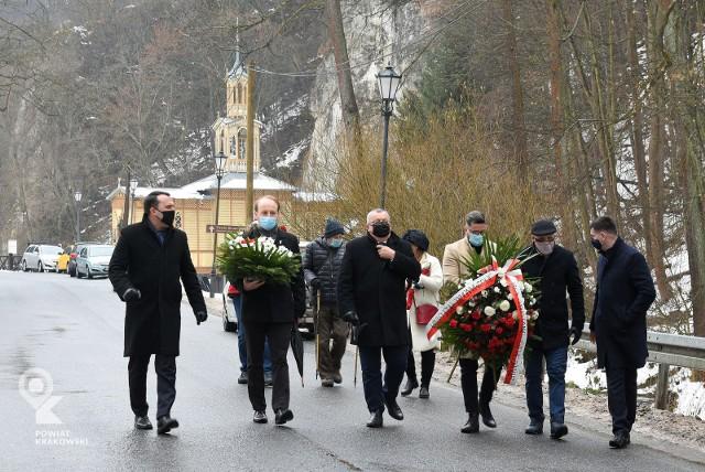 Obchody 158. rocznicy wybuchu Powstania Styczniowego. Rozpoczęła je msza w Kaplicy Na Wodzie, a kwiaty składano przy tablicy na Muzeum Ojcowskiego Parku Narodowego