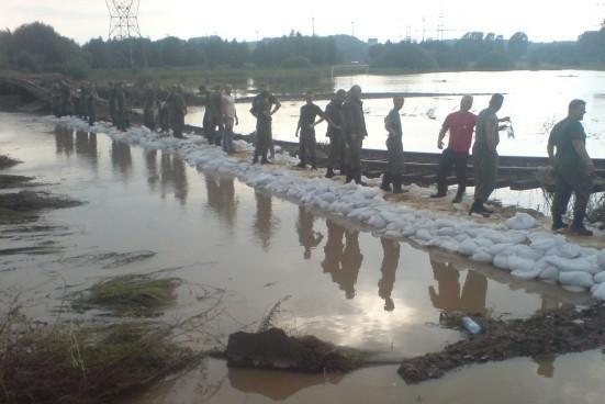 Najwięcej żołnierzy z 11. LDKPanc walczy z powodzią w Bogatyni