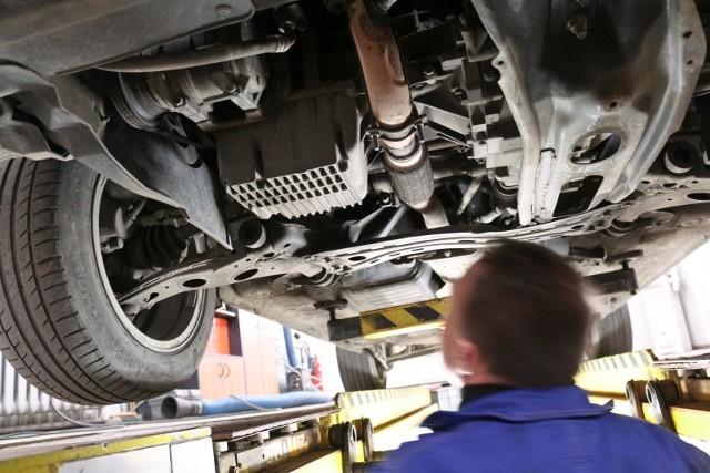 Przegląd techniczny samochodu na stacji diagniztycznej.