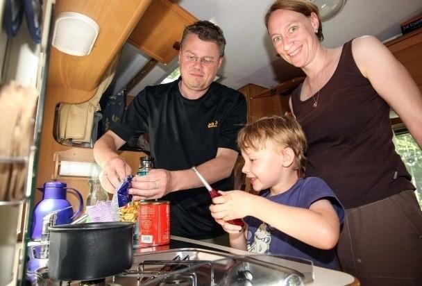 Część posiłków podczas podróży turyści z Dortmundu przygotowują we własnym kamperze