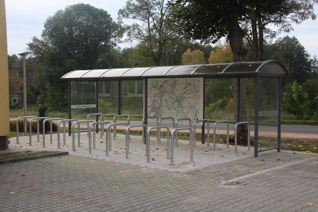 W ramach projektu budowy drogi rowerowej łączącej ze sobą miejscowości w okolicach Osiecznej, powstały także dwie. rowerowe stacje przesiadkowe