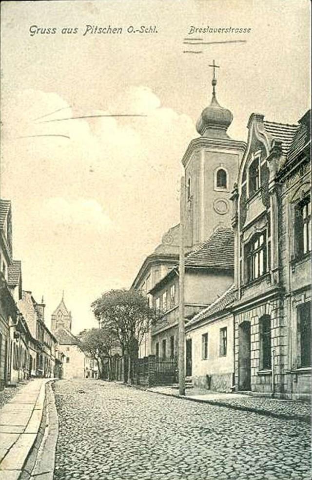 Breslauerstrasse (ulica Wrocławska) na początku XX wieku. Byczyna miała elektryczność jeszcze przed I wojną światową, ale nie wpłynęło to na rozwój przemysłowy miasta. Ówczesny Pitschen pozostał małym miasteczkiem: w 1910 roku miał 2500 mieszkańców, w 1925 roku - 2639, w 1933 roku - 3007, a w 1939 roku - 3078 mieszkańców.