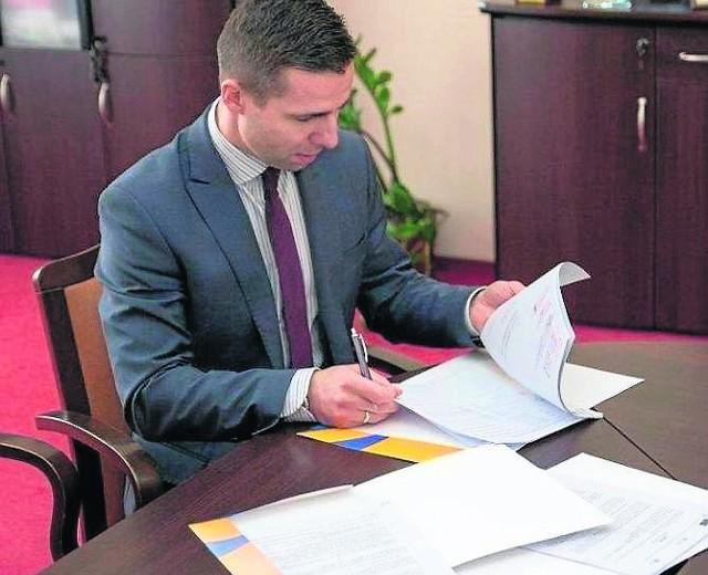 Rok temu wiceburmistrz Grzegorz Garczyński podpisywał umowę z firmą na przebudowę drogi Chyże-Gostchorze.