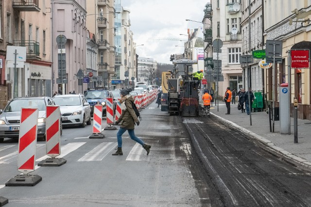 ZDM przypomina o zakazie parkowania po obu stronach ulicy Garbary na odcinku od ul. Wielkiej do wysokości numeru 48. Zakaz obowiązuje do czasu zakończenia prac.