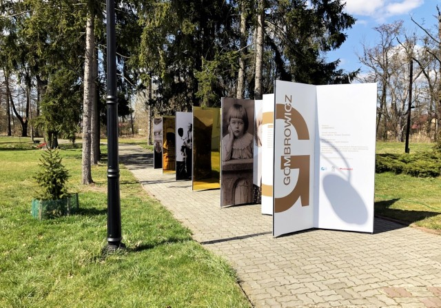 """W przypałacowym parku we Wsoli Muzeum udostępniło plenerową wystawę """"GOMBROWICZ""""."""