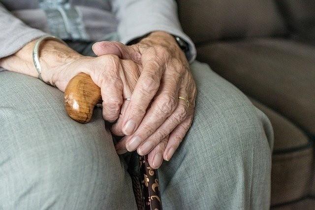 87-latka i jej syn są ciężko chorzy. Marzyli o luksusie, czyli prysznicu.