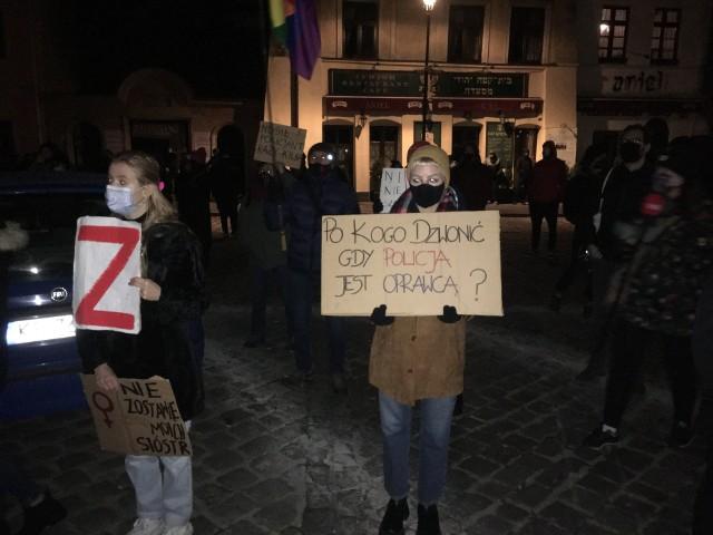 Protest kobiet przed komisariatem policji na ul. Szewskiej w Krakowie