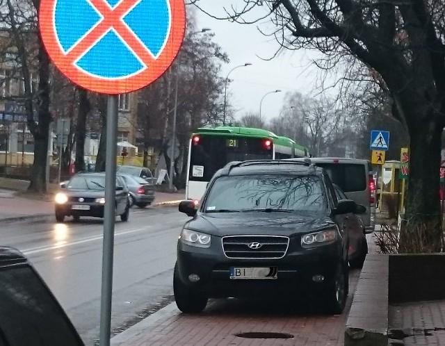 Według Internauty kobieta, która zastawiła hyundaiem chodnik przy ul. Warszawskiej w Białymstoku, poszła na zakupy.