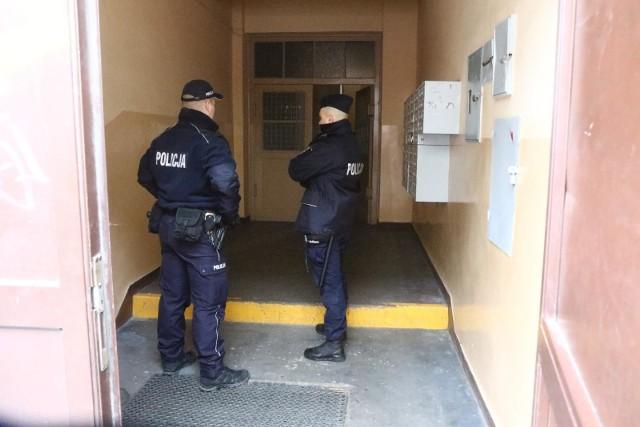Policjanci mają sprawdzać, czy osoby przebywające na kwarantannach domowych faktycznie tam są, a nie np. wychodzą na zakupy do galerii handlowych